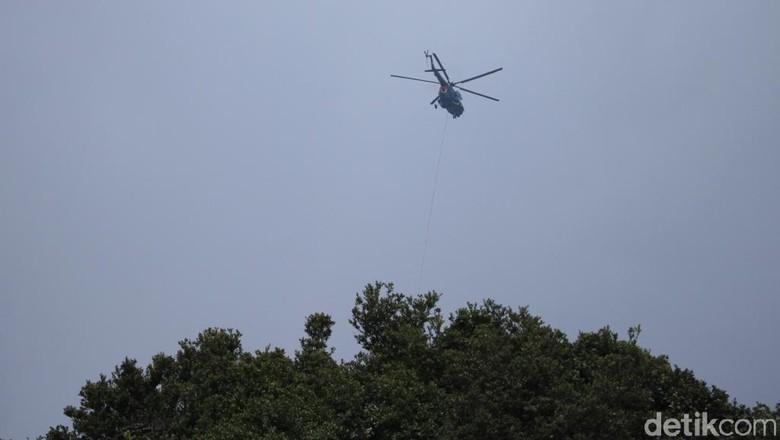 Helikopter Bom Air Padamkan Kebakaran Hutan di Kawah Putih