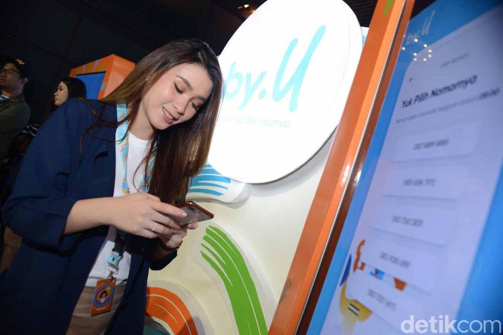 by.U menghadirkan pengalaman digital yang end-to-end bagi pelanggan, mulai dari pemilihan nomor, penentuan kuota internet, pengiriman simcard, hingga live chat layanan pengguna.