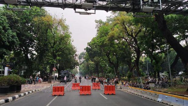 Jalan Medan Merrdeka Barat ditutup di kedua arah.