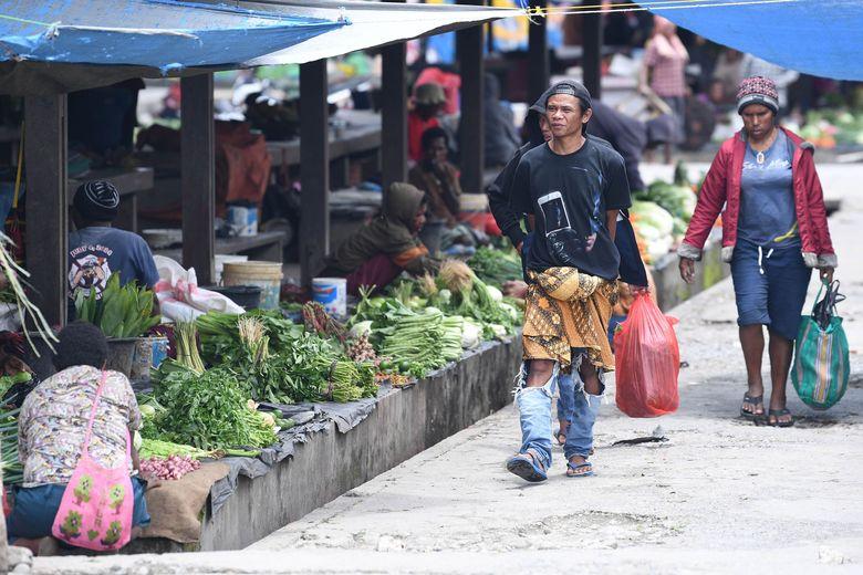 Sejumlah pembeli berjalan di Pasar Tradisional Tolikelek, Kota Wamena, Kabupaten Jayawijaya, Papua, Kamis (10/10/2019).