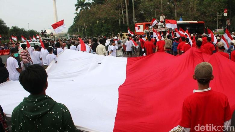 Kawal Pelantikan Presiden, Massa Bentangkan Bendera Raksasa