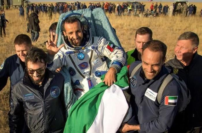 Hazza Al Mansouri saat balik ke Bumi. Foto: MBR Space Center