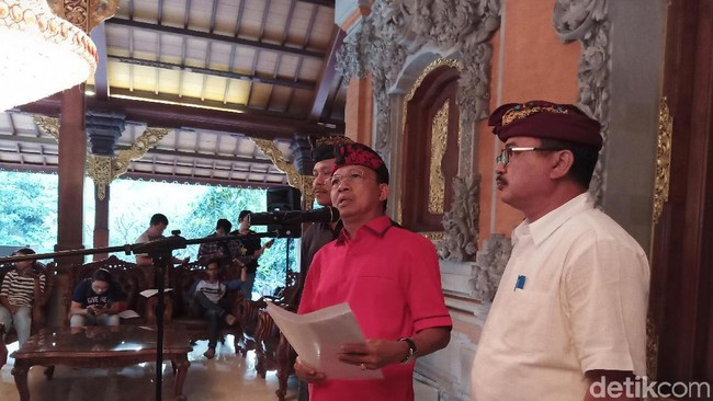 Gubernur Bali Wayan Koster (tengah)/Foto: Aditya Mardiastuti/detikcom