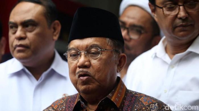 Wakil Presiden Jusuf Kalla (JK) menjenguk Menko Polhukam Wiranto di RSPAD. Saat ditemui awak media JK mengatakan saat ini Wiranto masih dalam penganan medis.