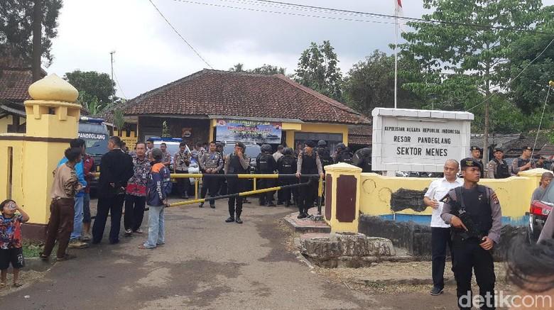 Dijaga Ketat Polisi, Abu Rara Penusuk Wiranto Dibawa ke Mabes Polri