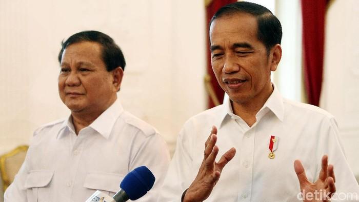 Presiden Joko Widodo bertemu dengan Ketum Gerindra Prabowo Subianto di Istana Merdeka, Jakarta. Ada berbagai hal yang dibahas keduanya dalam pertemuan tersebut.