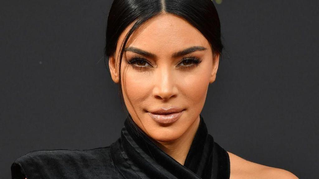Ada-ada Saja! Kim Kardashian Gunting Rambut di Parkiran Mobil