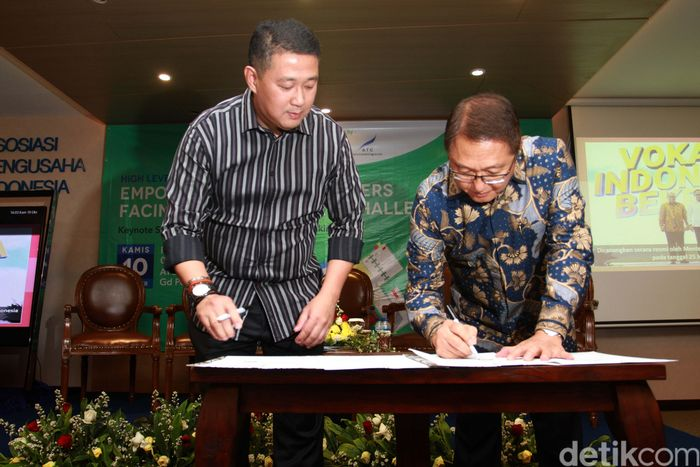 Direktur Pelayanan BPJS Ketenagakerjaan Krishna Syarif dan Direktur Utama PT Pusat Studi Apindo Harijanto menandatangani MoU terkait Pengembangan Kompetensi Tenaga Kerja Melalui Pelatihan Vokasi, di Jakarta, Kamis (10/10/2019).