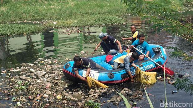 Jijik, Sungai Cipamokolan Bau dan Tertutup Sampah