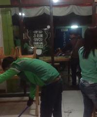 So Sweet! Para Ojol Bantu Bereskan Kedai Makan yang Mau Tutup