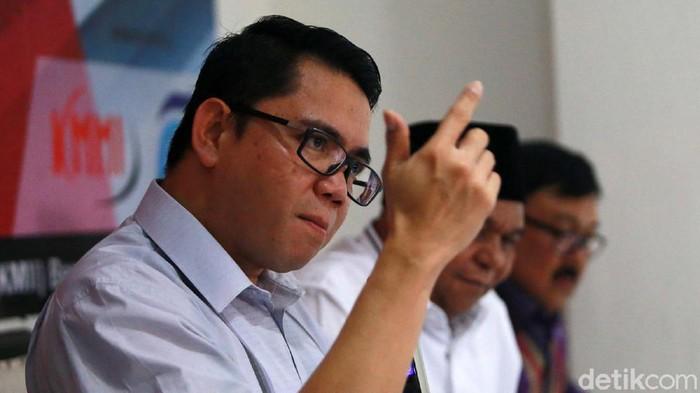 Anggota DPR Arteria Dahlan memaparkan pandangannya terkait polemik UU KPK dalam diskusi Mengukur Sepak Terjang KPK di Jakarta. Begini ekspresinya.