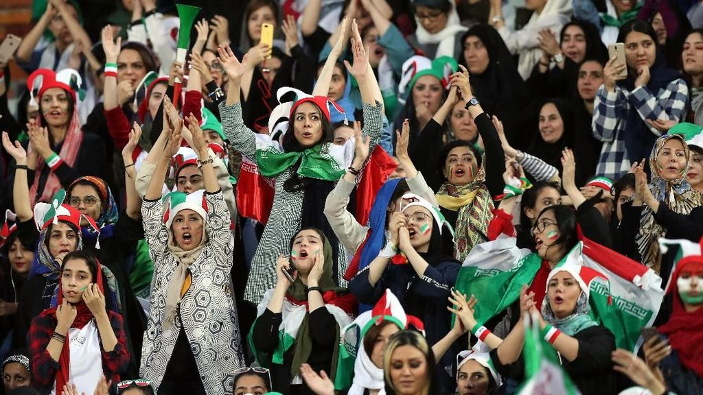 Ekspresi Kegembiraan Wanita Iran, Dibolehkan Nonton Bola Setelah 38 Tahun