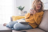 4 Posisi Duduk Santai di Sofa yang Bisa Bikin Sakit Punggung
