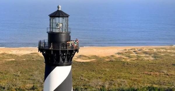 Ada banyak mercusuar di Outer Banks. Turis bisa naik ke atasnya dan menikmati lanskap pantai dari ketinggian (Facebook/Visit The Outer Banks)