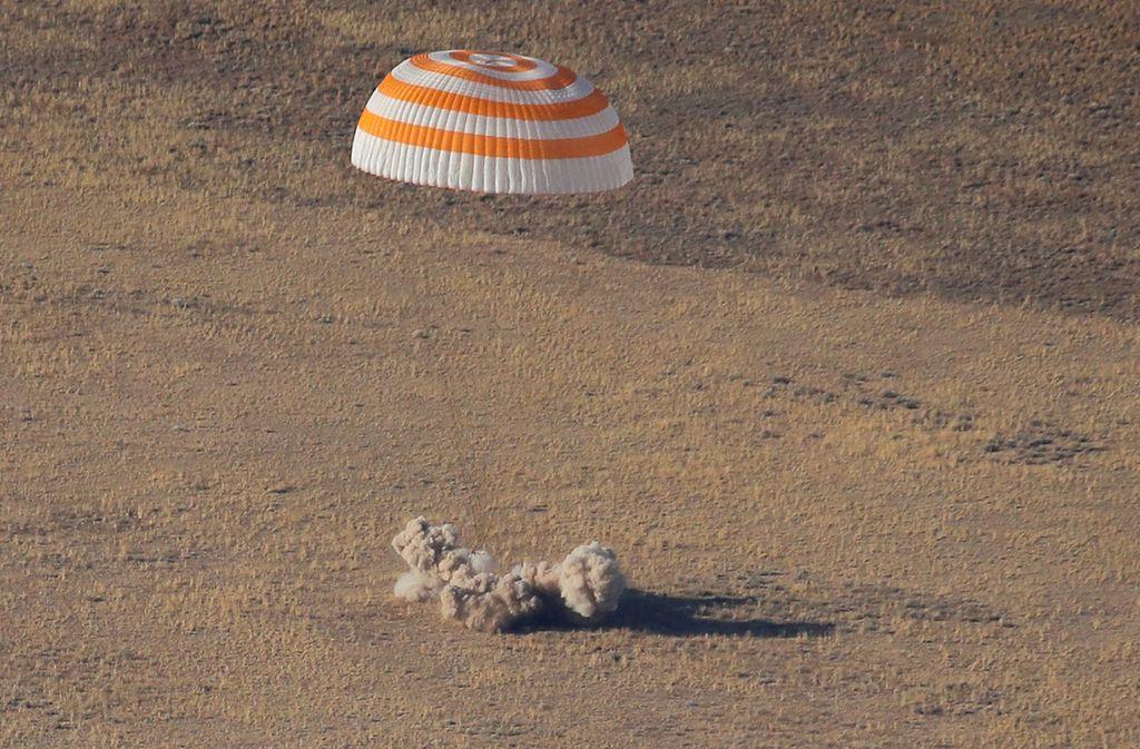 Hazza Al Mansouri kembali dari ISS setelah menghabiskan waktu 8 hari di sana bersama astronot AS, Nick Hague dan kosmonot Rusia, Alexey Ovchinin. Mereka mendarat menggunakan kapsul Soyuz MS-12 di wilayah Kazakhstan. Foto: Reuters