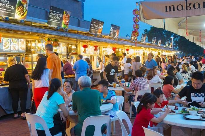 Singapura menduduki urutan teratas. Budaya street food memang kental di sini. Apalagi dengan kehadiran ratusan hawker center alias pusat makanan kaki lima. Menunya beragam seperti carrot cake, chicken rice, sampai char kway teow. Foto: iStock