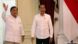 Membaca Makna Prabowo Unggah Foto Lawas Bareng Jokowi di Pilgub DKI