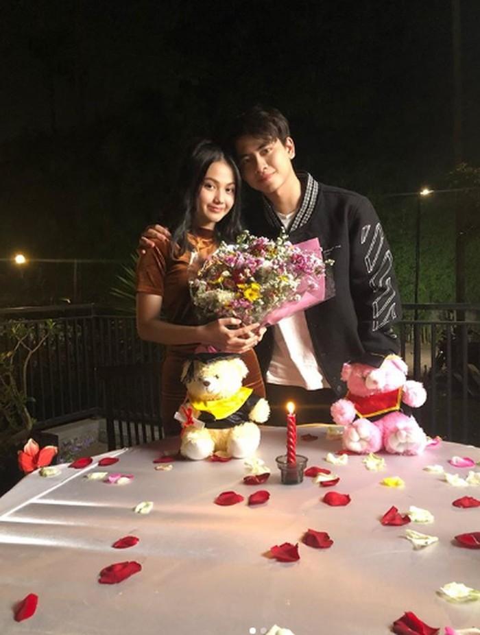 Seperti pada foto yang satu ini. Athalla nampak memberikan kejutan kepada kekasihnya di sebuah restoran dengan hiasan mewah berupa taburan mawar, buket bunga dan hiasan lilin. Foto: Instagram @athallanaufal7