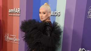 Gaun Berbuntut Christina Aguilera
