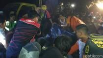 Evakuasi 3 Penumpang Mobil Tewas Tertimpa Pohon Libatkan Excavator