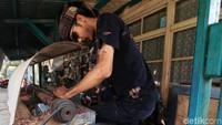Perajin lulusan ISBI ini merupakan salah satu perajin yang membuat alat musik tradisional Indonesia yaitu terompet pencak.