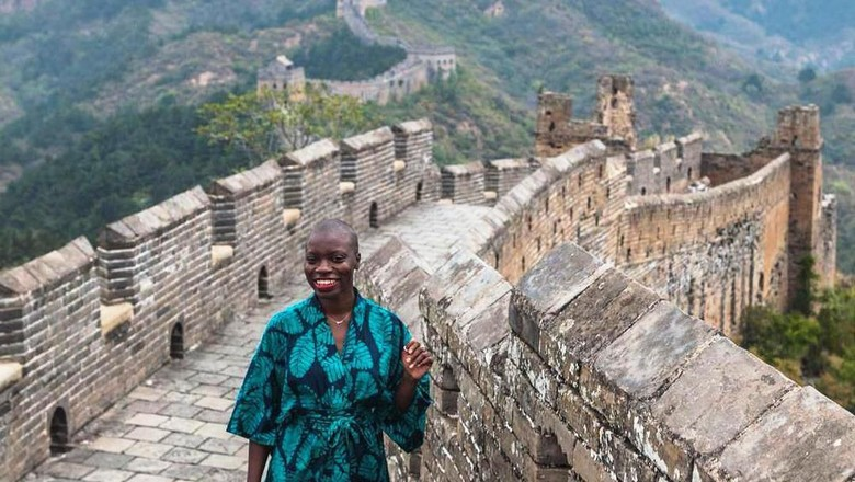 Jessica Nabongo di Tembok Besar China (thecatchmeifyoucan/Instagram)