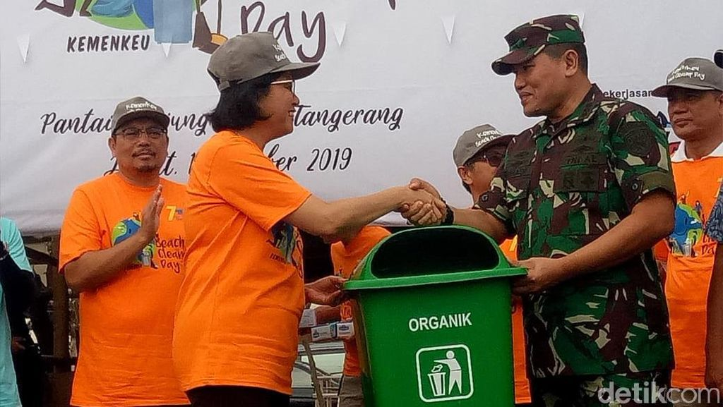 Peringati Hari Oeang, Sri Mulyani Bersihkan Pantai Tanjung Pasir
