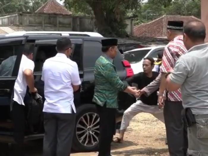 Berikut video detik-detik Menko Polhukam Wiranto ditusuk oleh SA alias Abu Rara. Dalam video ini terlihat jelas Abu Rara menusuk Wiranto sebanyak 2 kali.