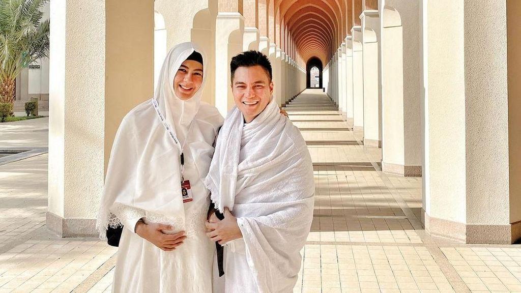 Paula Umrah Bareng Baim Wong di Kehamilan 7 Bulan, Tampil Cantik Berhijab