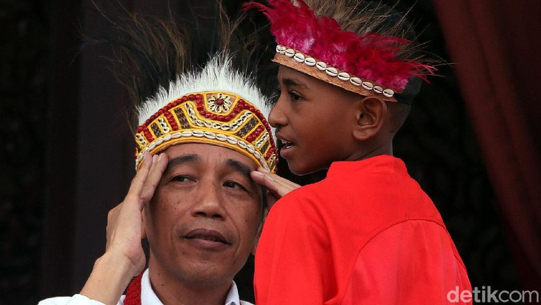Ketika Jokowi Pakai Topi Rumbai