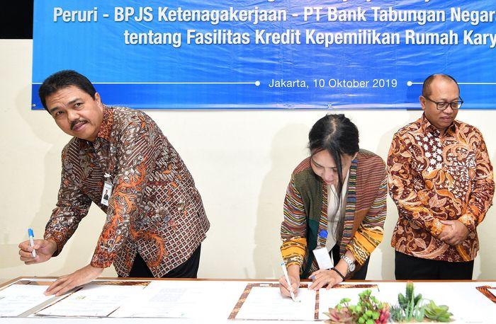 Direktur Consumer Bank BTN Budi Satria menandatangani naskah kerjasama bersama Direktur Utama Peruri Dwina S. Kencanawati dan Direkrur Utama BPJS TK Agus Susanto, di Jakarta, Kamis (10/10). Foto: dok. Bank BTN