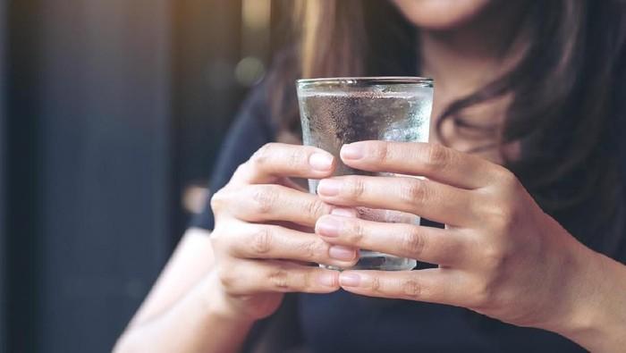 Minum air putih penting demi menjaga keseimbangan cairan tubuh. (Foto: iStock)