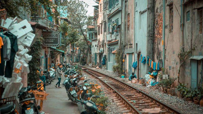 Old Quarter di Hanoi menjadi salah satu kawasan wisata andalan Vietnam. Yang paling ikonik adalah kawasan kafe di pinggir rel kereta api. (CNN/Getty Images)