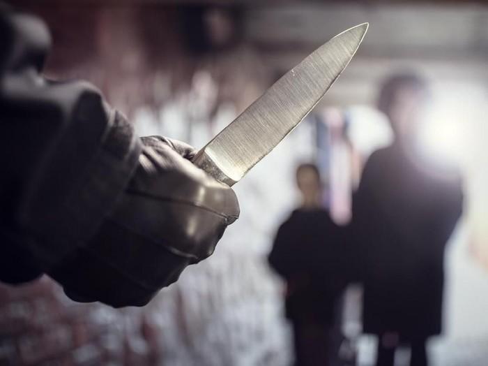 Arti mimpi ditusuk senjata tajam. Foto: iStock