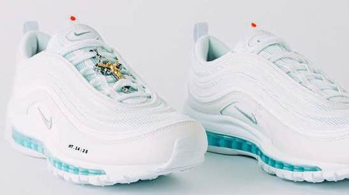 Sneakers Jesus Shoes berisi air suci yang jadi kontroversi. Foto: Dok. MSCHF