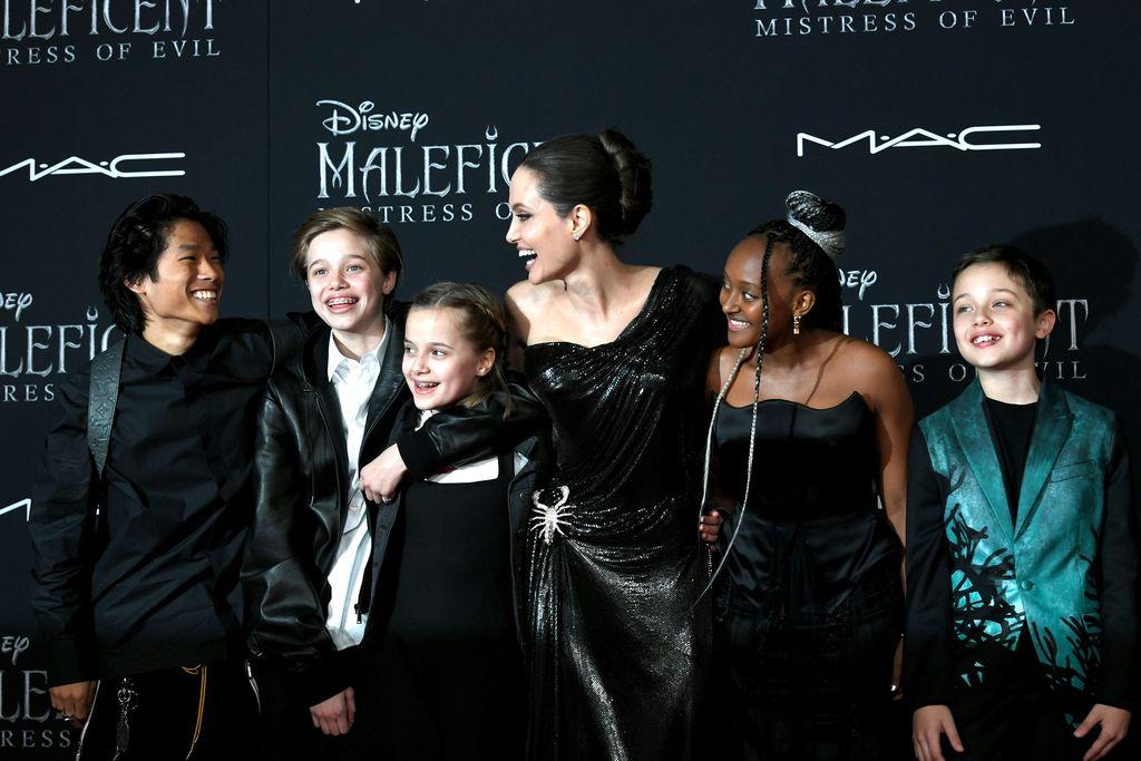 HOLLYWOOD, CALIFORNIA - SEPTEMBER 30: (L-R) Shiloh Nouvel Jolie-Pitt, Vivienne Marcheline Jolie-Pitt, Actor Angelina Jolie, Zahara Marley Jolie-Pitt, and Knox Léon Jolie-Pitt attend the World Premiere of Disney's