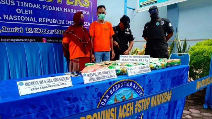 Sipir Lapas Kelas II B Langsa, Aceh, berinisial Dus (36) dan istrinya, DA (33), ditangkap tim BNN karena simpan 20 kg sabu. (Dok: BNN)