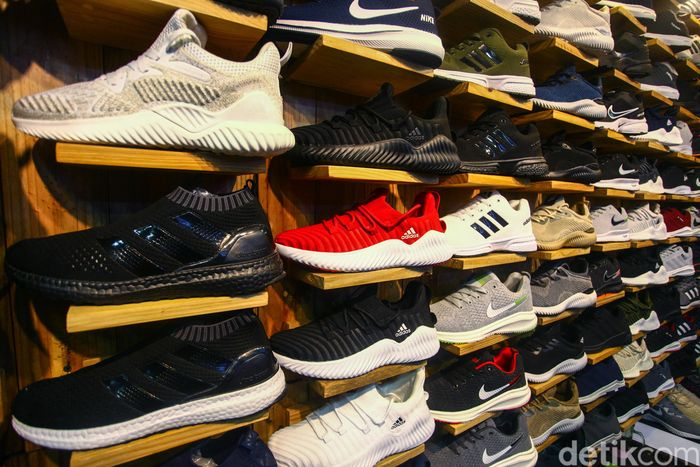 Ini penampakan sejumlah sepatu impor KW buatan Vietnam yang dijual di kawasan Taman Puring, Jakarta.