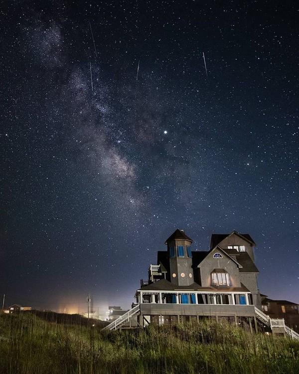 Saat malam, siap-siap menikmati stargazing. Asal tahu saja, Outer Banks menjadi salah satu lokasi terbaik melihat gugusan bintang di AS (Facebook/Visit The Outer Banks)