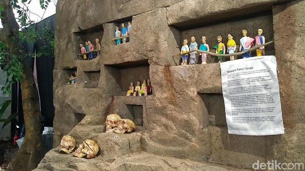 Orang Toraja percaya, kalau roh kerabat yang telah meninggal akan kembali ke puya atau dunia arwah. Untuk mengantar kerabat yang telah tiada, keluarga yang masih hidup harus mengadakan upacara pemakaman Rambu Solo (Randy/detikcom)