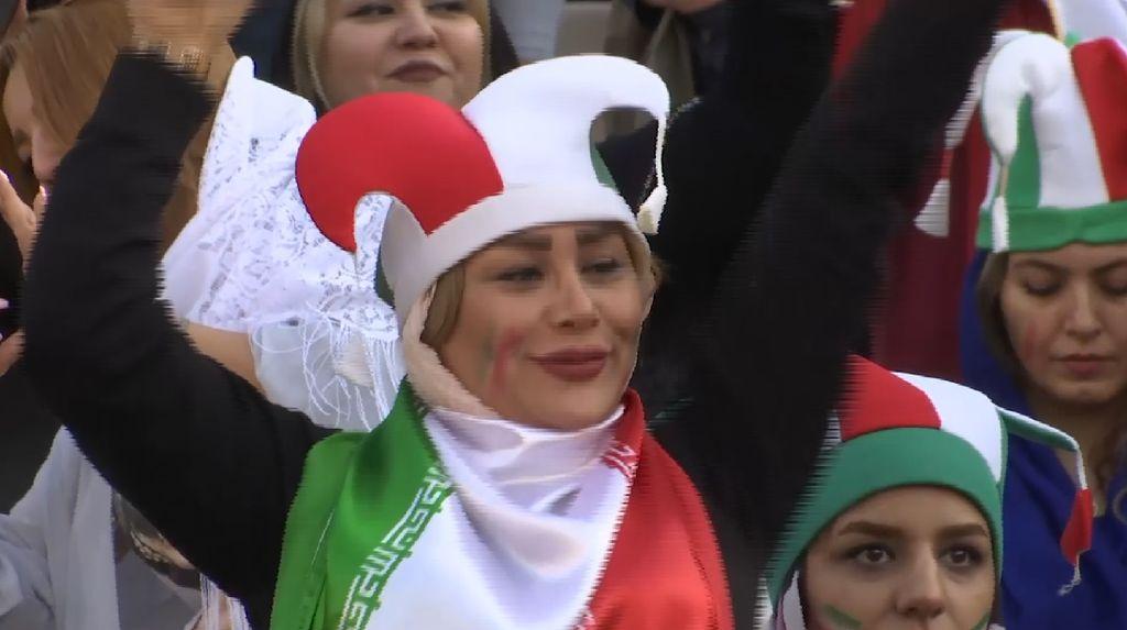 Setelah 4 Dekade, Perempuan Iran Akhirnya Bisa Nonton Bola di Stadion