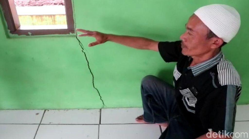 Warga Resah Retakan Tanah di Cibadak Sukabumi Melebar dan Dalam