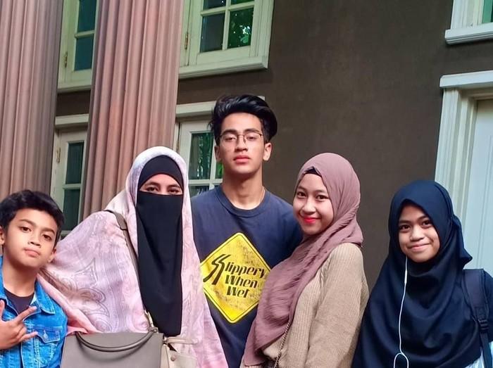 Abidzar bersama ibunda dan saudaranya
