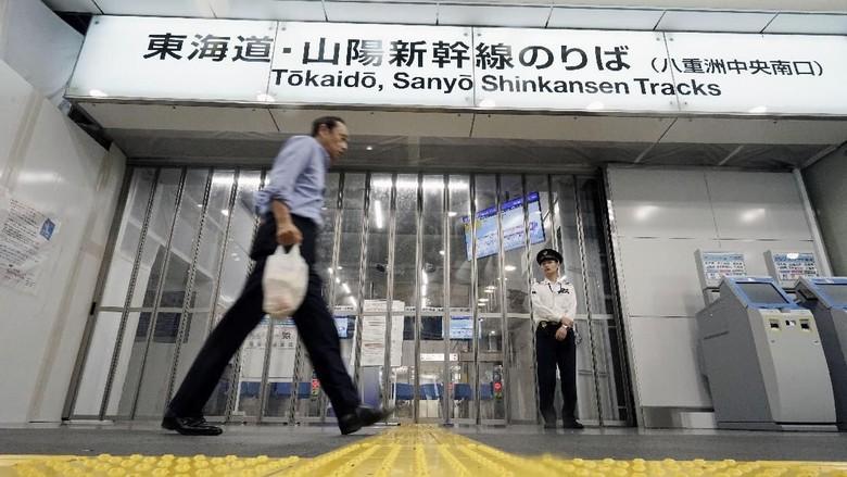 Beberapa kereta dan Shinkansen sempat ditutup saat Topan Hagibis menerjang Jepang (AP Photo)