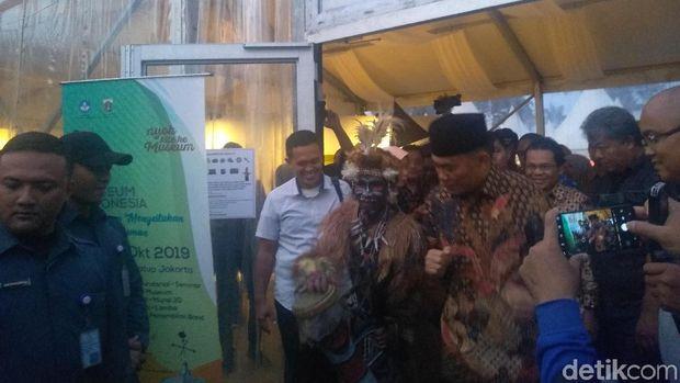 Mendikbud sempat berbincang dengan penari yang pakai pakaian khas suku Asmat