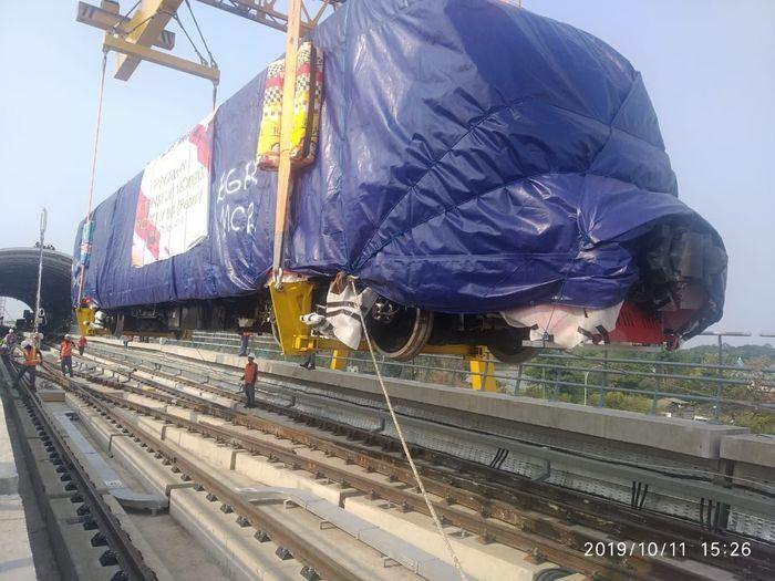 PT INKA (Persero) telah mulai melakukan pengiriman kereta LRT Jabodebek sejak Selasa (8/10/2019) kemarin. Kereta tersebut diangkut dari pabrik di Madiun, Jawa Timur dan akan disimpan di Depo Sementara LRT Jabodebek yang terletak di Cibubur, tepatnya di Stasiun Harjamukti. Istimewa/Dok. INKA.