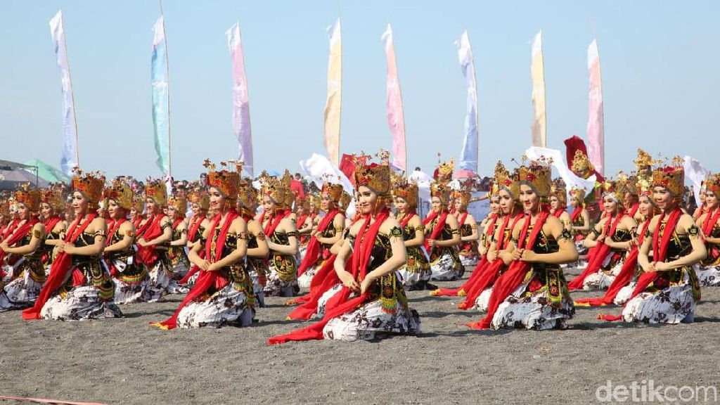 Ribuan Penari Pukau Ribuan Wisatawan di Festival Gandrung Sewu