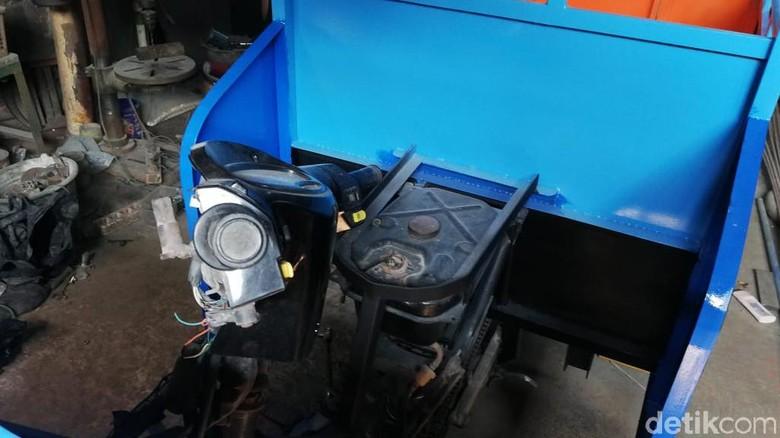 Motor bebek yang dijadikan penarik odong-odong Foto: Rizki Pratama