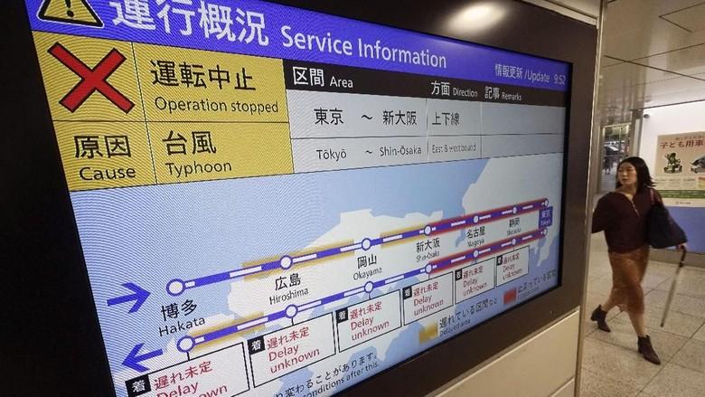 Beberapa jalur kereta yang sempat ditutup sudah dibuka kembali (AP Photo)