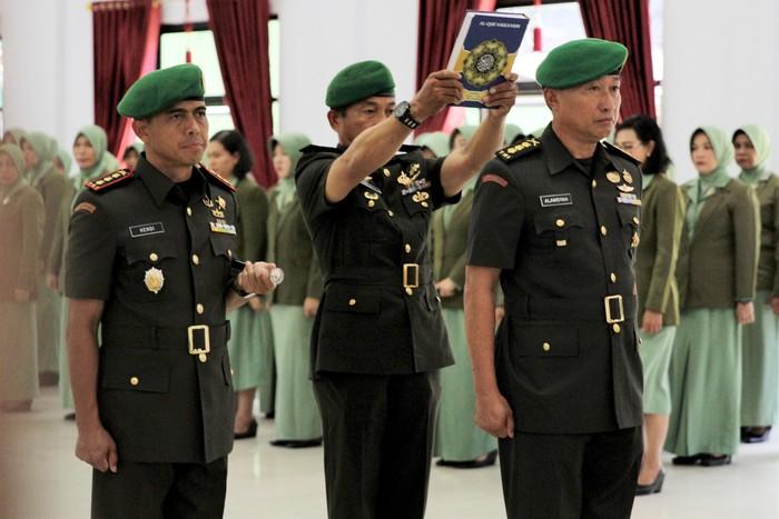 Ilustrasi upacara pencopotan Kolonel Hendi Suhendi dari jabatan Komandan Kodim Kendari. (Antara Foto/Jojon)